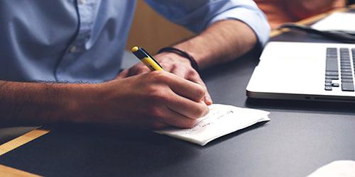 empresario-exitoso-y-su-cuaderno-para-ideas.jpg